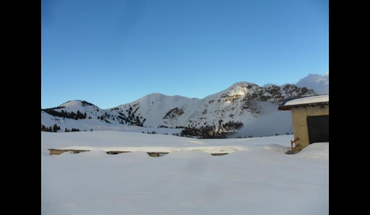 Pian del Bene e cascina coperta dalla neve